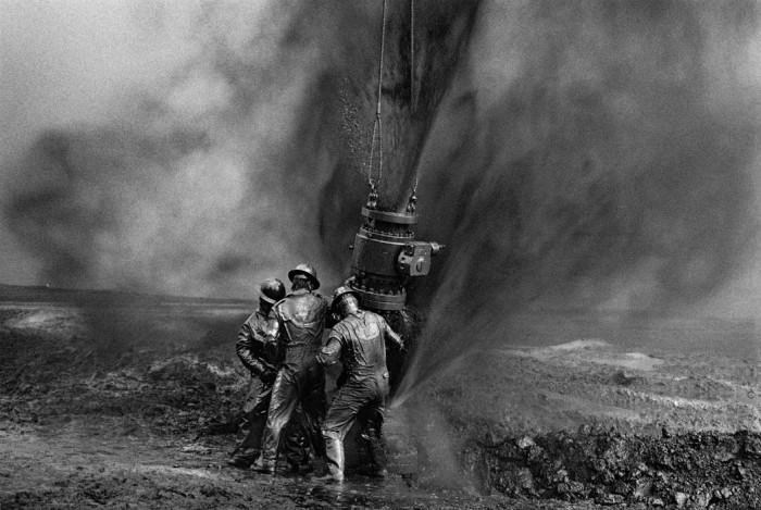 Sebastião Salgado  Greater Burhan Oil Field, Kuwait 1991  Gelatin silver print on fiber paper, 60 x 90 cm  © Sebastião Salgado / Amazonas Images
